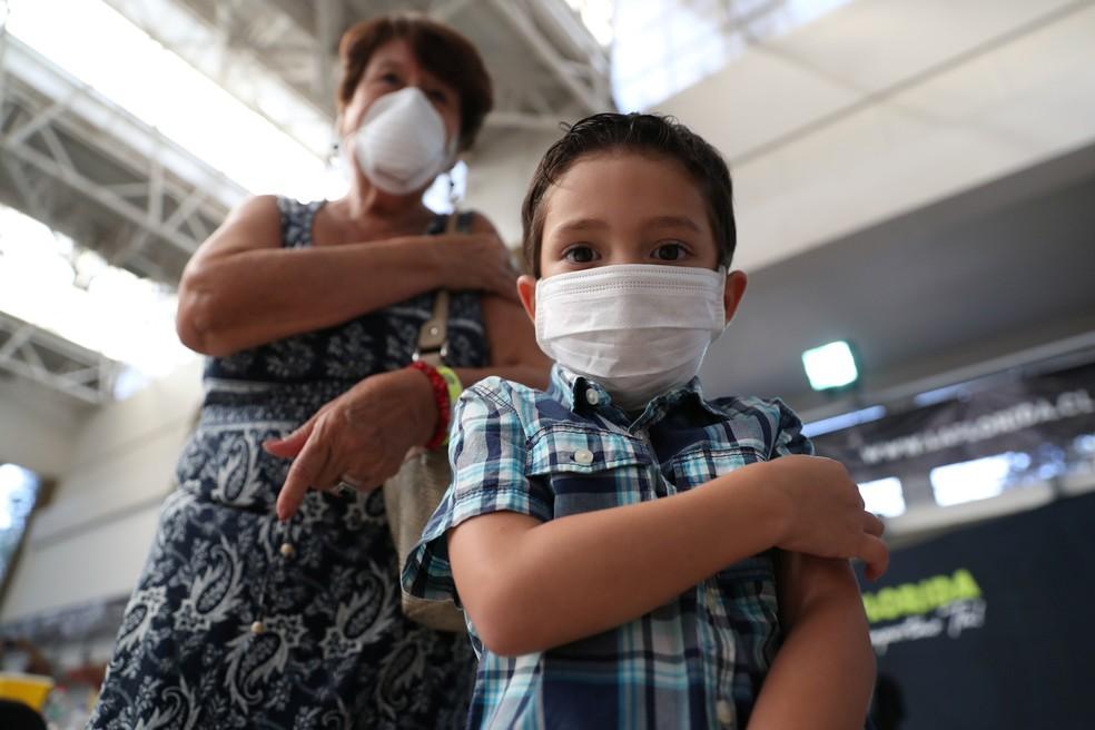 Máscara é item obrigatório ao sair na rua, mas pode causar alergias e irritações — Foto: Ivan Alvarado/Reuters