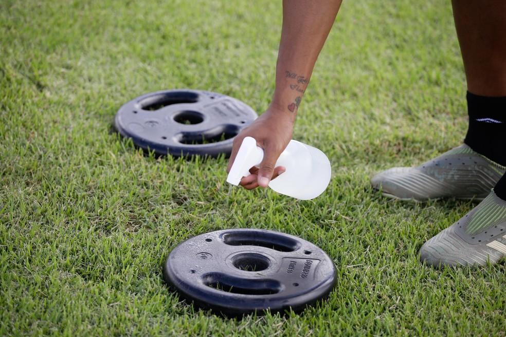 Os equipamentos são higienizados no campo — Foto: Anderson Stevens / Sport Club do Recife