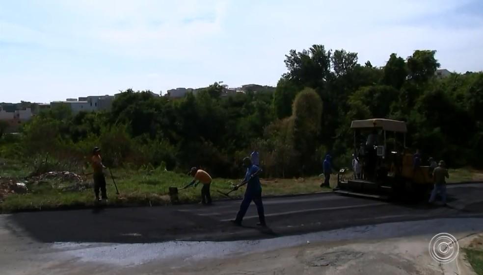 Trabalhadores que fazem tapa-buraco enfrentam calor de até 100 graus da massa asfáltica  — Foto: Reprodução/TV TEM