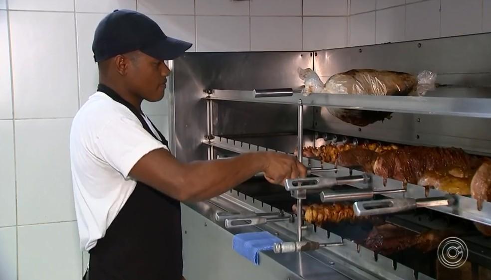 Churrasqueiro sofre com altas temperaturas no ambiente de trabalho em Sorocaba — Foto: Reprodução/TV TEM
