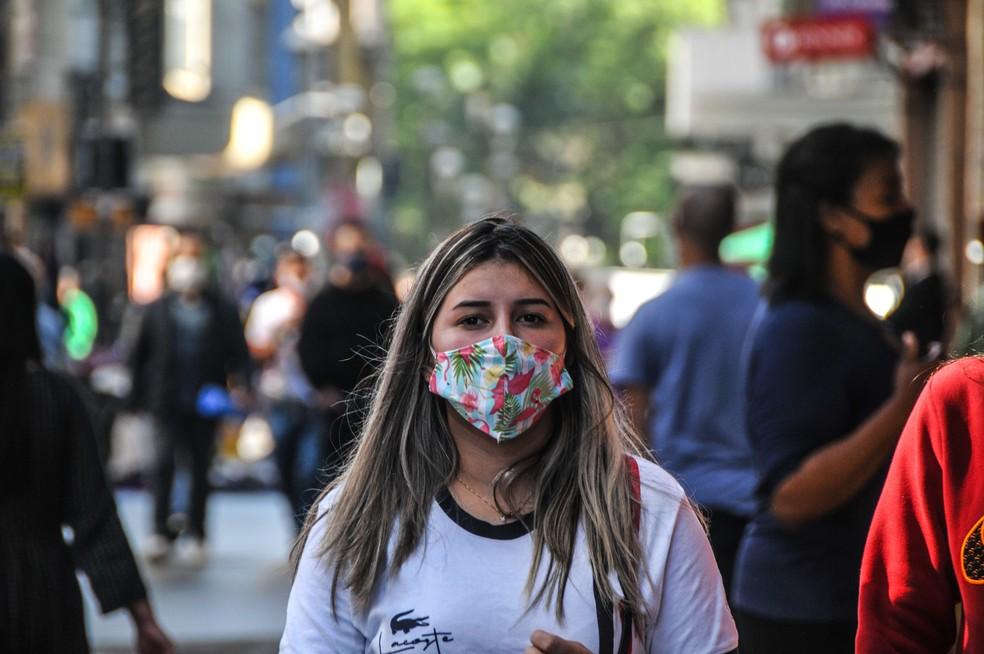 Movimentação de pessoas com máscara no centro de Porto Alegre na manhã desta terça feira (19). — Foto: OMAR DE OLIVEIRA/FOTOARENA/FOTOARENA/ESTADÃO CONTEÚDO