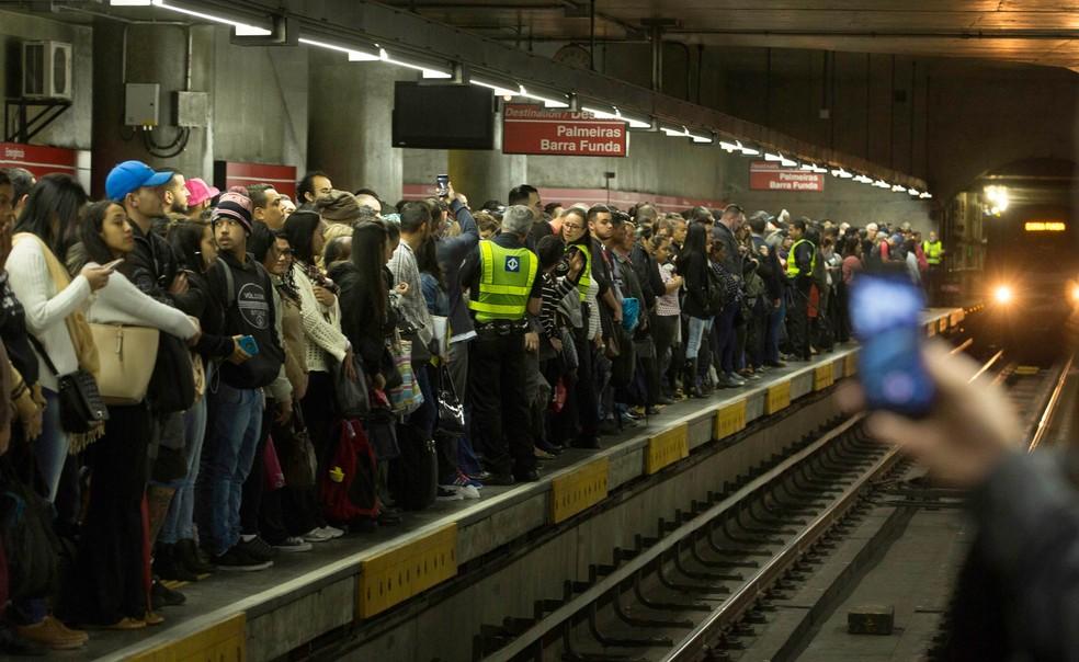 Usuários aguardam trem em plataforma da Linha 3-Vermelha do metrô na Estação Sé, na Zona Central de São Paulo — Foto: Bruno Rocha/Fotoarena/Estadão Conteúdo